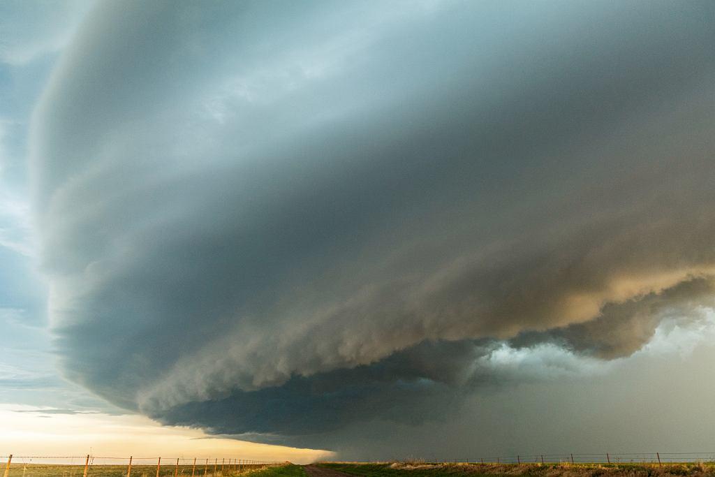 Chmury szelfowe związane z liniami szkwału z dnia 13 maja 2020 roku w rejonie New Cordell (Oklahoma, USA).
