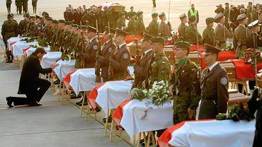 Okęcie, 23 kwietnia 2010, wojskowa asysta przy trumnach z ciałami ofiar katastrofy smoleńskiej