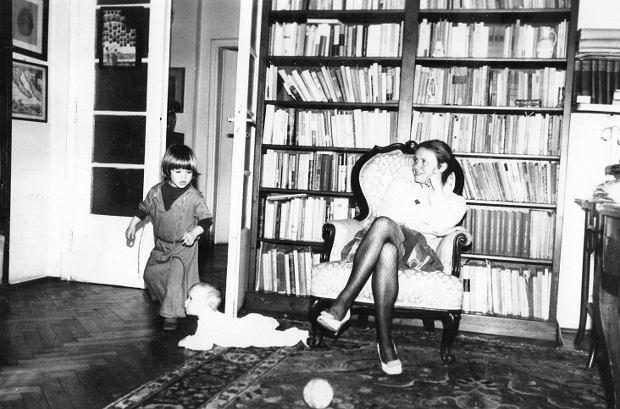 Joanna Szczepkowska z córkami Marią i Hanną w domu swojego dziadka, pisarza Jana Parandowskiego
