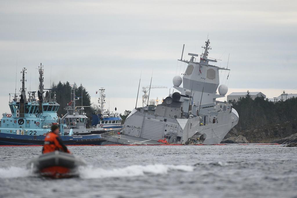 Początkowo fregata była w większej części nad wodą