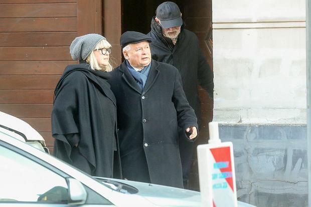 Przy wejściu na ul. Wilczą 23, gospodyni salonu Anna Bielecka i Jarosław Kaczyński