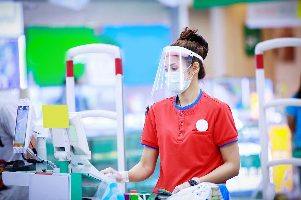 Maska przyłbicy nie wyklucza. Wręcz przeciwnie - dla osób narażonych przez wiele godzin na kontakt z koronawirusem (w sklepie, recepcji) to tandem optymalny.