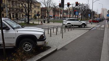 Przykład bezmyślnego parkowania na al. Niepodległości