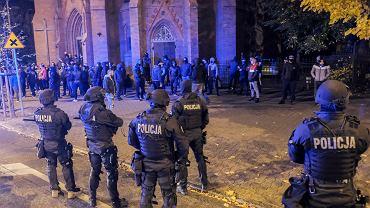 28 października 2020 r. Centrum Poznania. Przed kościołem przy ul. Fredry gromadzą się kibole. Obok nich policjanci