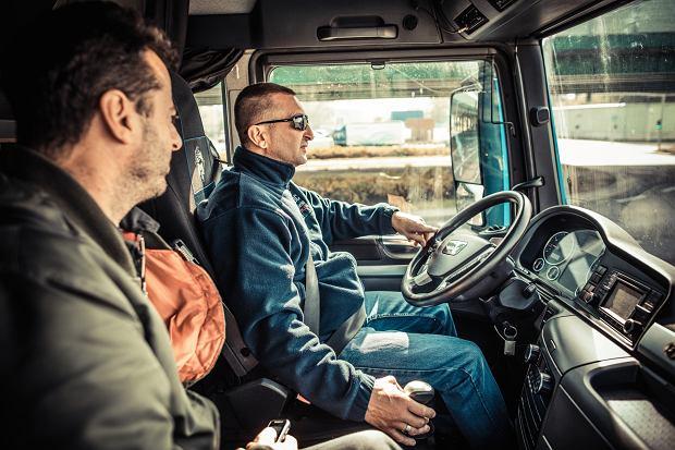 Zmiana biegów w ciężarówce to nie jest wcale prosta sprawa. Jak się uczyć, to od mistrza.