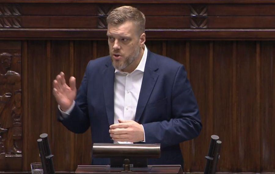 Adrian Zandberg w czasie debaty po expose premiera