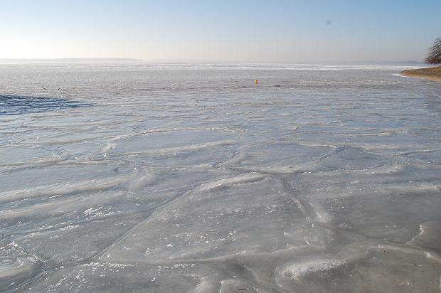 Zdjęcie numer 0 w galerii - Zamarzło śląskie morze. Lód skuł jezioro w Goczałkowicach, skąd Śląsk pije wodę