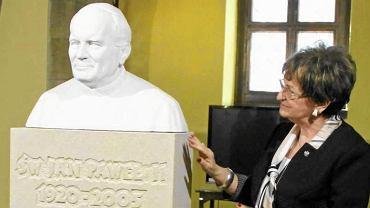 Ewa Mańkowska podczas odsłonięcia popiersia papieża Jana Pawła II w Starym Ratuszu. Wrocław, 25 kwietnia 2014