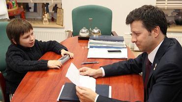 Kacper przekazuje swój list Markowi Michalakowi