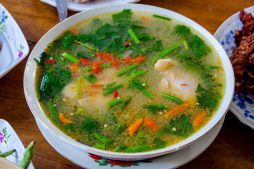 Zupa tajska może być przygotowana na kilka różnych sposobów. Zdjęcie ilustracyjne