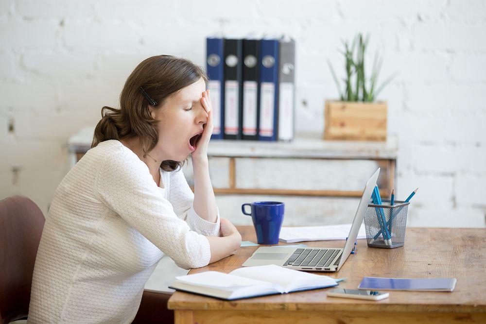 Senność odczuwana w ciągu dnia, czyli przypadłość nazywana hipersomnią, wiąże się z częstym odczuwaniem zmęczenia, uczuciem ciężkich powiek i chęcią zrobienia sobie drzemki