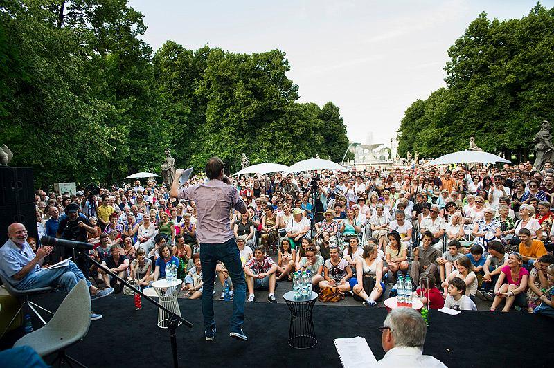 Mecz literacki w 2013 roku podczas Imienin Jana Kochanowskiego w Ogrodzie Saskim