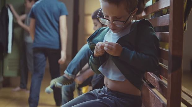 Pomimo wielu problemów z okularami, chłopiec nie rezygnuje z noszenia ich