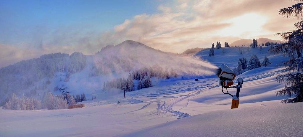 Sztuczne naśnieżanie. Obecnie nawet gdy śniegu nie brakuje, ośrodki narciarskie produkują techniczny śnieg, kiedy tylko jest to możliwe. W ten sposób przygotowują się na wiosenne ocieplenie i bezśnieżne tygodnie.