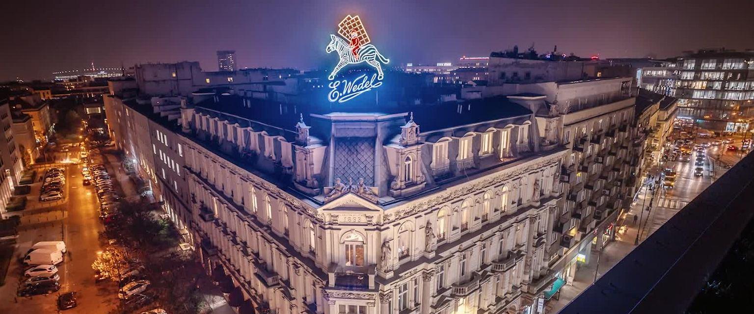Chłopiec na zebrze to jeden z dwóch neonów Wedla w Warszawie. Ten znajduje się na dachu kamienicy, w której funkcjonuje sklep firmowy i kultowa pijalnia czekolady (Fot. Materiały prasowe Wedel)