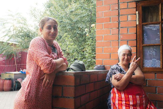 W Mołdawii żona jednego z gospodarzy pokazuje gest znany jako 'peace yo'.