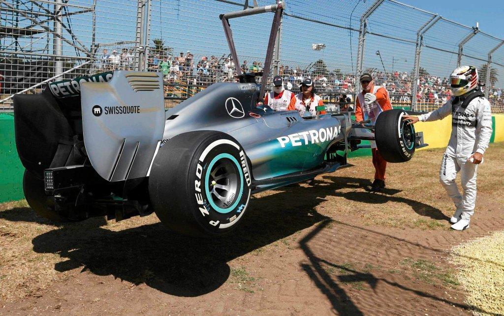 Bolid Lewisa Hamiltona usuwany z toru