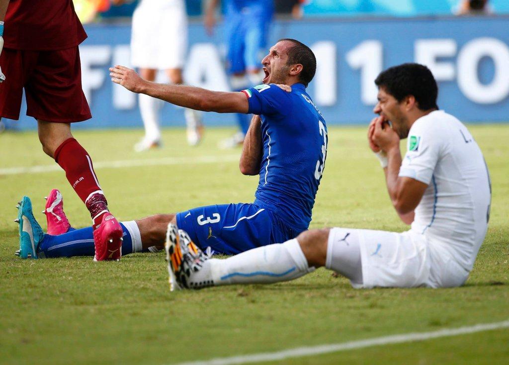 Gryzoń Luis Suarez (z prawej) i pokąsany Giorgio Chiellini (z lewej), mecz Włochy - Urugwaj