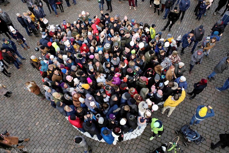 Zdjęcie numer 1 w galerii - WOŚP 2020 w Toruniu. Wielka ściskawa: przytuliło się 482 osób
