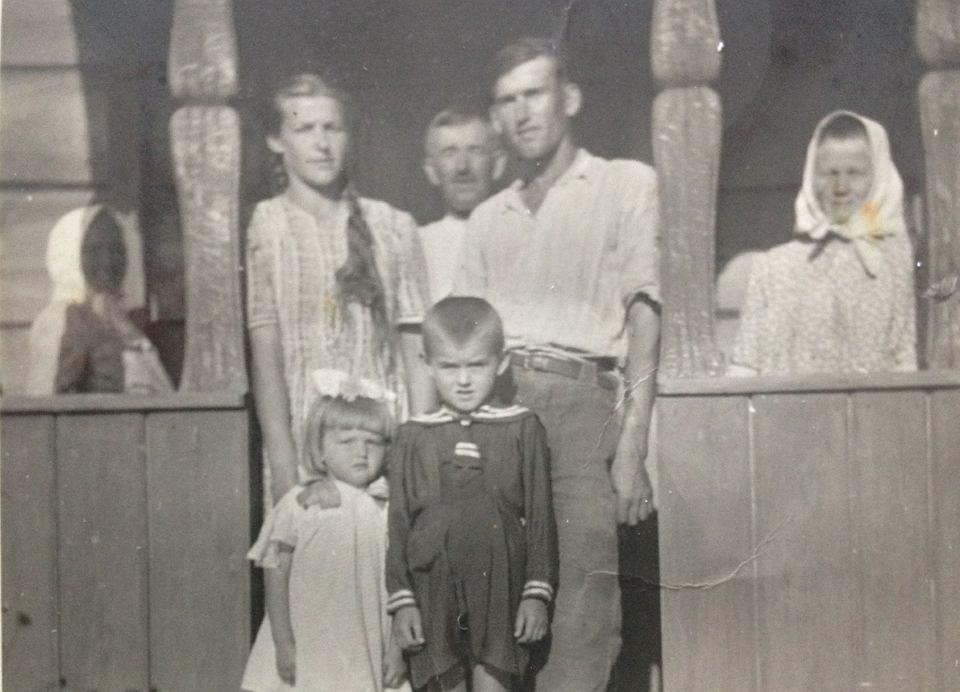 Edward Gdela miał specyficzne poczucie humoru. Tuż po wojnie doradził komunistycznym agitatorom, aby zainstalowali głośniki-szczekaczki nie tylko na wiejskich słupach, ale także w oborach: 'Niech bydło też posłucha'. Od lewej: teściowa Aleksandra, żona Cecylia, ojciec Ludwik, Edward, matka Anna, poniżej dzieci: Elżbieta (Mama autora) i Ludwik. Branica Suchowolska, ok. 1950 r.