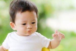 Pierwszy stały posiłek niemowlaka: co kraj to obyczaj