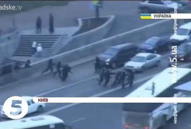Milicja ucieka z Majdanu Niepodległości