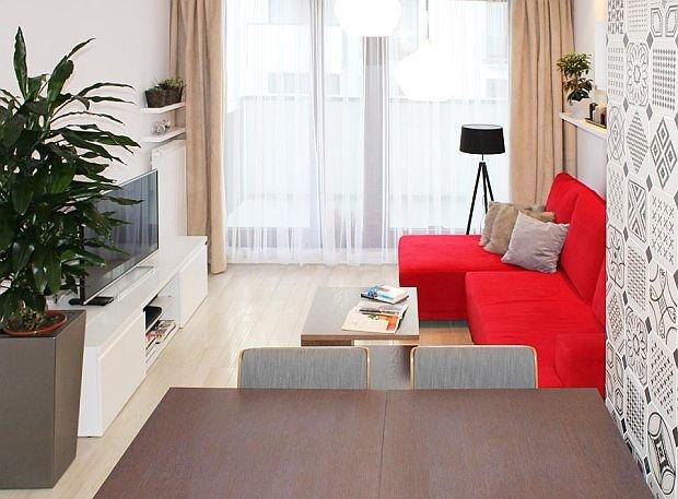 W salonie zmieściła się tylko narożna sofa z funkcją spania i szafka RTV.