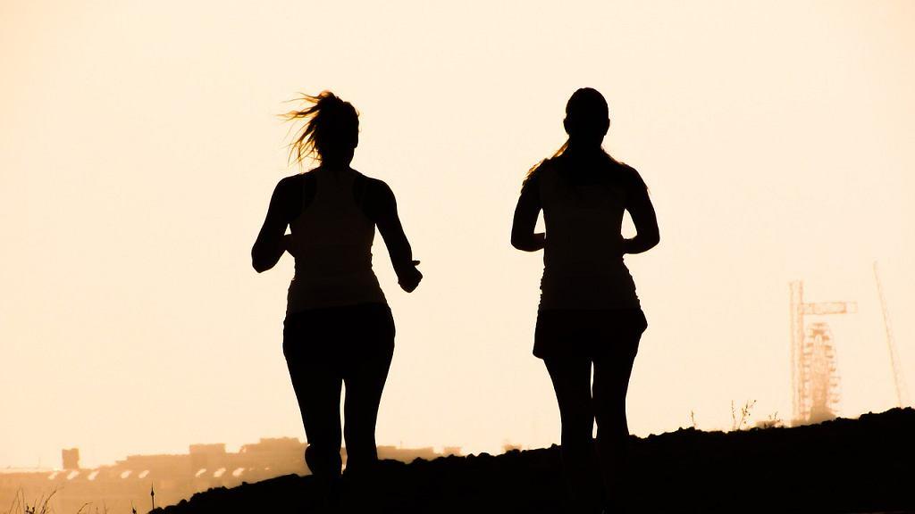 Coraz więcej Polaków zakochuje się w bieganiu.