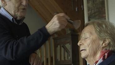 Des nauczył się dla swojej żony robić makijaż.