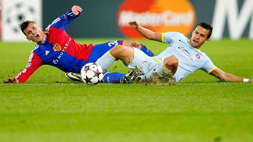 Taulant Xhaka z Bazylei w synchronicznym wślizgu z Danielem  Georgievskim ze Steauy. W rozegranym w Szwajcarii meczu było 1:1.