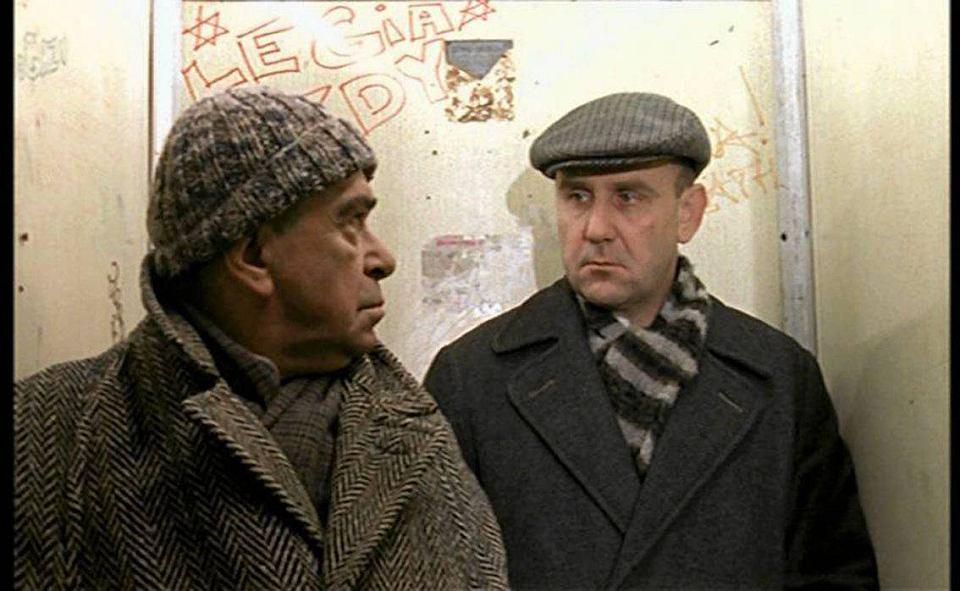 Kadr z filmu 'Cud purymowy'. Opowiada o robotniku i jego synu kibolu - obu antysemitach - którzy odkrywają, że mają żydowskie korzenie