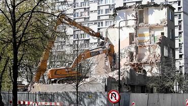 Kwiecień 2019 r., rozbiórka kamienicy przy ul. Grzybowskiej. W 2021 r. w tym miejscu powstanie 17-komdygnacyjny apartamentowiec, z niższym skrzydłem odtwarzającym gabaryt rozebranego budynku.