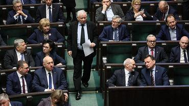 """Czas goni PiS. W Sejmie natłok ustaw i szybkie tempo: matury, 500 plus, """"lex Uber"""" i Sąd Najwyższy"""