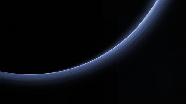 Zdjęcie atmosfery Plutona podświetlonej przez Słońce zrobione przez sondę New Horizons