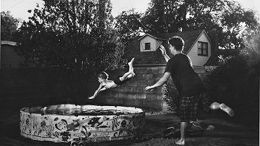 <b>Bieganie do upadłego, huśtanie na kawałku liny i beztroskie godziny spędzone nad jeziorem - to nie wakacje sprzed 20 lat, a współczesna rzeczywistość. Christine Kapuschinsky na swoich zdjęciach pokazuje, że wakacje bez dostępu do elektroniki to najlepsza rzecz, jaką możemy podarować dzieciom.</b><br><br> Amerykańska fotografka ubolewa, że obecnie maluchy są w stanie przesunąć ekran telefonu, ale nie potrafią bawić się klockami. - Poprzez fotografowanie chcę przekazać, że najlepsze wspomnienia to te,  w których nie używaliśmy elektroniki - mówi Christine.<br><br>  Dlatego gdy w jej domu pojawiły się dzieci, wraz z mężem obiecali sobie, że pozwolą swoim dzieciom poznawać otaczający ich świat za pomocą zmysłów, zgadzając się, aby realizowały swoje najbardziej szalone pomysły.  Efekt? Zobaczcie sami!<br><br>  <b>Wszystkie prace Christine Kapuschinsky można znaleźć m.in. na stronie: <b>www.kapuschinsky.com</b>