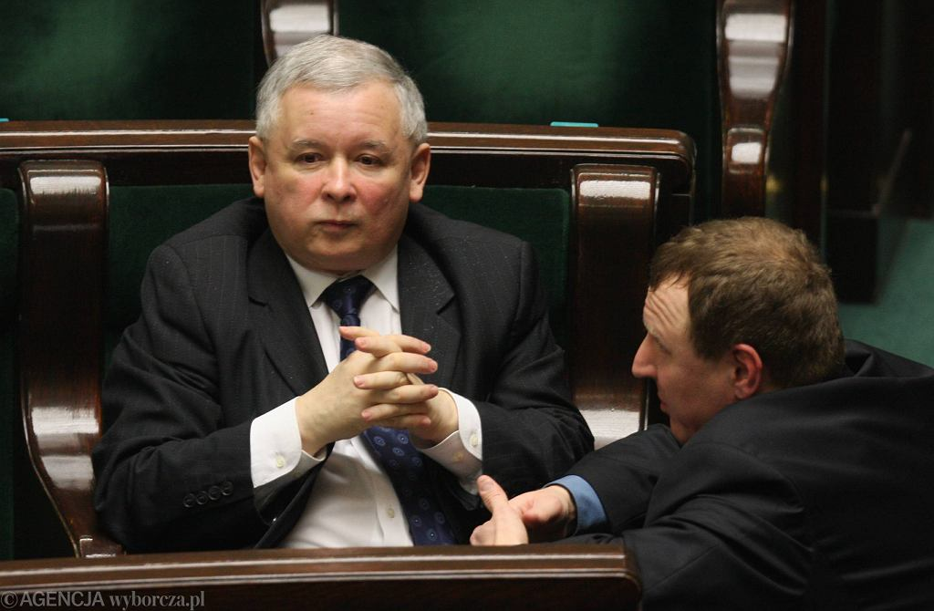 Prezes PiS Jarosław Kaczyński i jego ówczesny partyjny podwładny Jacek Kurski. Warszawa, Sejm, 20 marca 2009