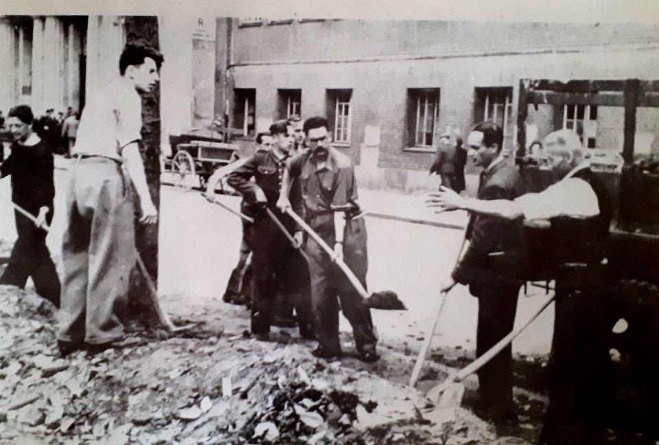 Leonard Borkowicz w czasie akcji odgruzowywania Szczecina w 1948 r.  Tuż po wojnie został pełnomocnikiem rządu na Pomorzu Zachodnim,  a później wojewodą szczecińskim