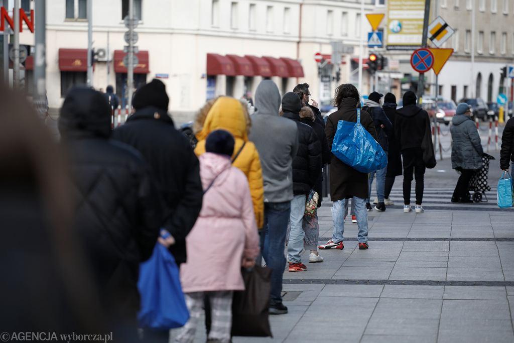 Kolejki przed sklepami w Warszawie po zaostrzeniu przepisów o poruszaniu się w miejscach publicznych