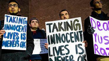 """Studenci z transparentami """"zabijanie niewinnych nigdy nie jest ok""""."""