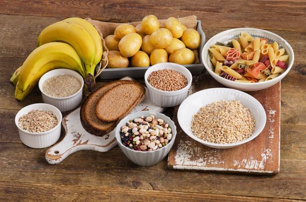 Najlepiej sięgać po węglowodany w postaci kasz, ryżu, pieczywa z pełnego przemiału, owoców i warzyw