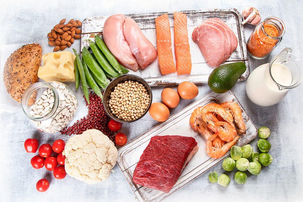 Najwięcej aminokwasów zawierają produkty pochodzenia zwierzęcego, takie jak mięso, mleko, sery i jajka, wśród produktów roślinnych aminokwasy znajdziemy w nasionach roślin strączkowych, produktach zbożowych, warzywach i owocach.