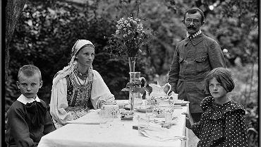 Lucjan Rydel z rodziną przy stole przed dworkiem w Toniach,  ok. 1910 r. Od lewej:  syn Rydlów Lucjan, Jadwiga z Mikołajczyków, Lucjan Rydel i córka Rydlów Helena