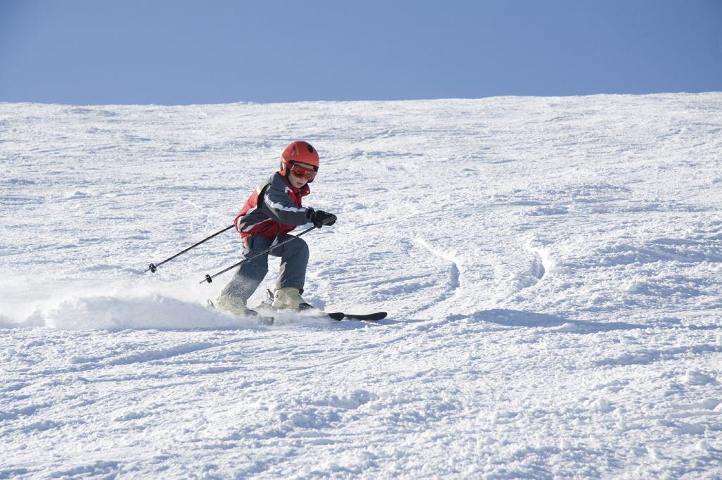 Dziecko warto zapisać do szkółki narciarskiej.
