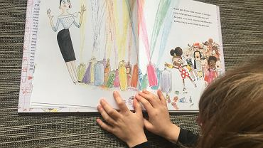 'Ada Bambini, naukowczyni' to książka, dzięki której dzieci dowiedzą się, że warto drążyć, sprawdzać, dlaczego dzieje się tak, a nie inaczej. A dorośli przekonają się, że warto im na to pozwalać.