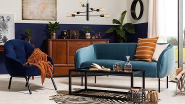 Modna sofa w kolorze niebieskim.