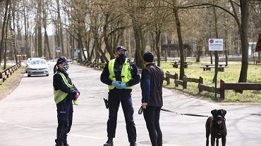Policja patroluje wjazdy do lasów. Szczecin, 4 kwietnia 2020 r.