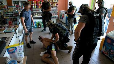 Kujawsko - pomorskie: Porwali 29-latka, wywieźli do lasu i nagrali upokarzający film. Zażądali 15 tys. zł za dyskrecję