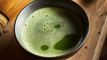 Matcha. Po zalaniu proszku wodą trzeba płyn wymieszać specjalną bambusową trzepaczką albo użyć np. spieniacza do mleka