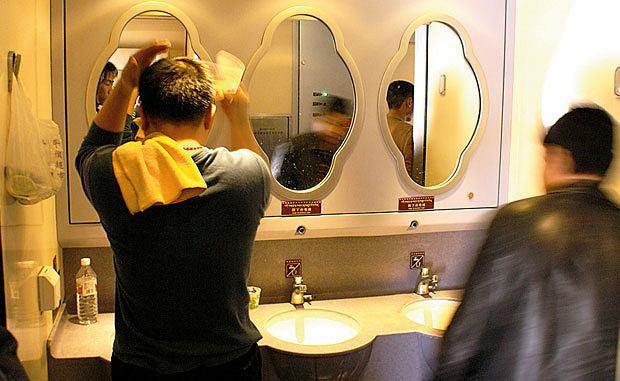 Podróż pociągiem z Pekinu do Tybetu, azja, podróże, Wieczorem Chińczycy biegną tłumnie do umywalek ze szczoteczką do zębów
