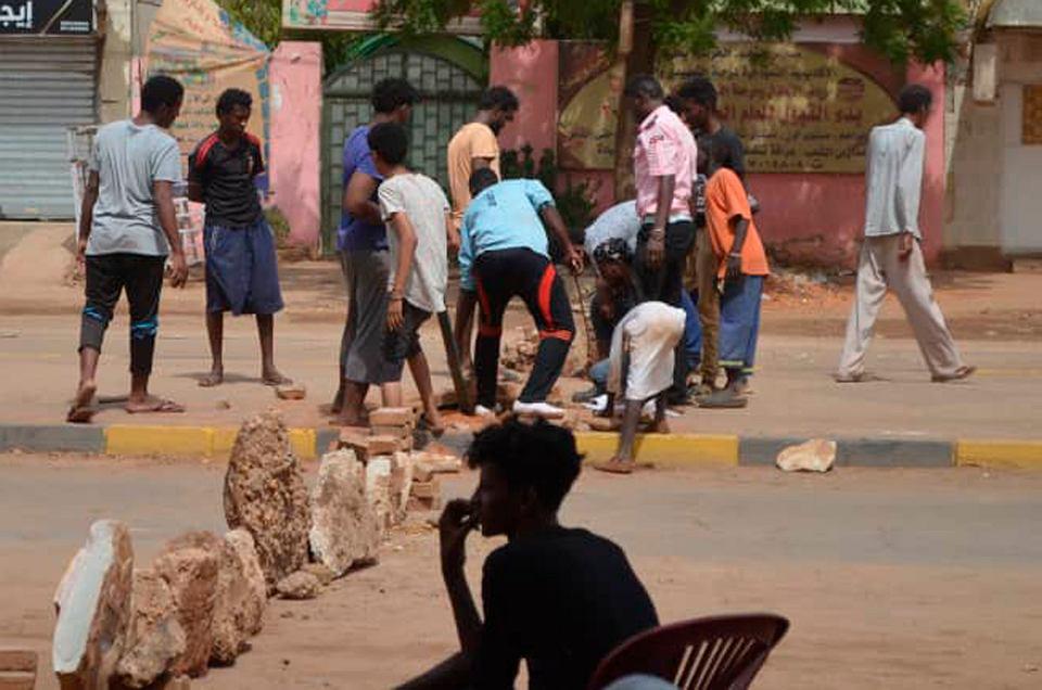 Uliczna blokada w Chartumie mająca powstrzymać wojskowe pojazdy nasyłane na prodemokratycznych demonstrantów, 5 czerwca 2019 r.